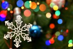 Decoração de madeira do feriado no fundo do borrão de Bokeh do Natal Fotografia de Stock Royalty Free