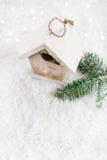 Decoração de madeira do Natal da casa do pássaro no fundo branco da neve Fotografia de Stock Royalty Free
