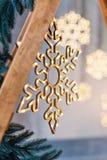 Decoração de madeira do Natal para as paredes Incandescer flocos de neve com festão ilumina-se no fundo concreto cinzento Backgro foto de stock