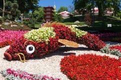 Decoração de um gramado do parque Imagem dos animais Peixes das flores fotos de stock