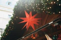 Decoração de uma tenda da compra no mercado do Natal em Berlim Fotos de Stock