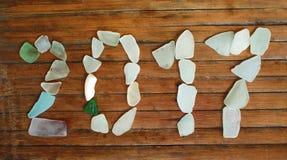 Decoração de vidro do beira-mar no fundo de madeira Mosaico do vidro do mar do ano 2017 novo Imagem de Stock