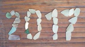 Decoração de vidro do mar no fundo de madeira Mosaico do vidro do mar do ano 2017 novo Fotos de Stock Royalty Free