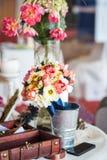 Arranjos florais e decorações para wedding imagem de stock