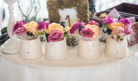 Arranjo floral clássico em uns vasos fotos de stock royalty free