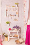 Decoração delicada com flores e uma tabela Fotografia de Stock Royalty Free