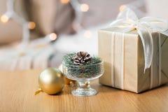 Decoração do abeto do Natal com cone, bola e presente imagens de stock royalty free