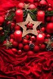 Decoração do advento com vela ardente Fundo do Natal foto de stock