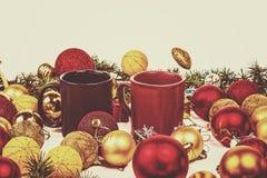 Decoração do ano novo com pinho ou abeto e muito Orn amarelo e vermelho Fotografia de Stock
