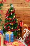 Decoração do ano novo com uma árvore e os presentes de Natal Imagens de Stock Royalty Free