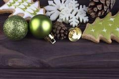 Decoração do ano novo do Xmas do Natal com os cones de abeto do sino das bolas do Natal das cookies dos flocos de neve no fundo d Fotos de Stock Royalty Free
