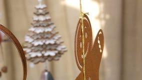 Decoração do ano novo e do Natal, figura oxidada do ferro de um homem de pão-de-espécie, que balance no vento no contador do Nata video estoque