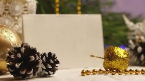 Decoração do ano novo e do Natal na forma de uma festão de piscamento do cone do pinho vídeos de arquivo