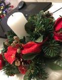 Decoração do ano novo em um portátil e em um fundo da árvore de Natal imagens de stock royalty free