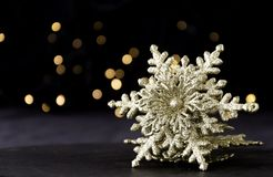 Decoração do cartão de Natal com ramos do abeto e elementos da decoração, foco seletivo Foto de Stock Royalty Free