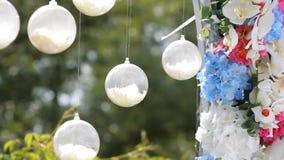 Decoração do casamento Arco com flores naturais vídeos de arquivo
