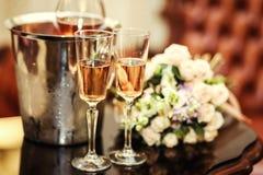 A decoração do casamento com dois vidros do champanhe na cerimônia, wed foto de stock
