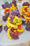 Decoração do casamento com frutos, bananas, uvas e maçãs Fotografia de Stock Royalty Free