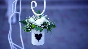 Decoração do casamento - cubeta do metal branco com as flores brancas no fundo azul vídeos de arquivo