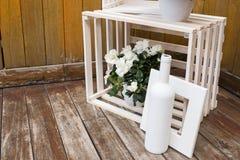 Decoração do casamento das caixas de madeira Composição do casamento do vintage com flores brancas e as caixas de madeira Fotografia de Stock Royalty Free