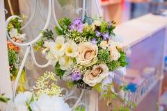 Decoração do casamento das flores para a cerimônia no restaurante Foto de Stock Royalty Free