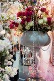 Decoração do casamento das flores para a cerimônia no restaurante Fotos de Stock Royalty Free
