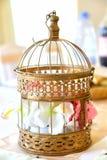 Decoração do casamento Flor em uma gaiola decorativa Fotos de Stock