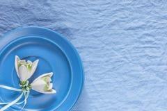 Decoração do casamento Flores cerâmicas brancas em um fundo azul da tela Foto de Stock