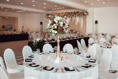 Decoração do casamento, interior festive Tabela de banquete fotos de stock royalty free