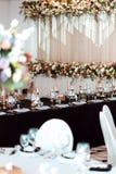 Decoração do casamento, interior festive Tabela de banquete Decorações modernas do casamento fotos de stock