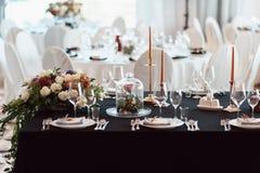 Decoração do casamento, interior festive Tabela de banquete Decorações modernas do casamento imagem de stock royalty free