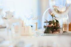 Decoração do casamento, interior festive Tabela de banquete Decorações modernas do casamento imagens de stock