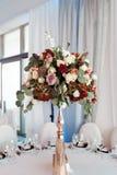 Decoração do casamento, interior festive Tabela de banquete Decorações modernas do casamento fotografia de stock royalty free
