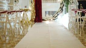 Decoração do casamento, o lugar da cerimônia de casamento, cerimônia de casamento, arco, decorações do casamento vídeos de arquivo