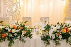 Decoração do casamento Tabela para os recém-casados exteriores Copo de água Arranjo elegante da tabela do casamento, decoração fl imagens de stock royalty free