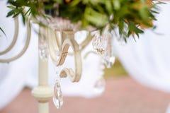 Decoração do casamento, um ramalhete das flores em candelabros foto de stock royalty free