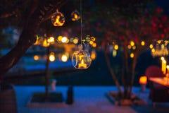 Decoração do casamento, velas nas garrafas de vidro fotografia de stock royalty free