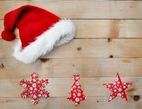 Decoração do chapéu e do Natal de Santa na prancha imagens de stock royalty free