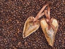 Decoração do coração no fundo do café Fotos de Stock Royalty Free
