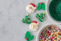 Decoração do cozimento do Natal exposta para decorar cookies imagem de stock
