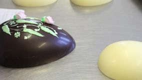 Decoração do cozinheiro chefe de pastelaria das mãos dos ovos de chocolate da Páscoa