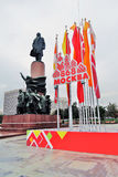 Decoração do dia da cidade de Moscou, bandeiras da cor Monumento a Vladimir Lenin Fotos de Stock Royalty Free