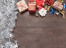 Decoração do dia de Natal no fundo de madeira com vazio Fotos de Stock