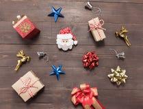 Decoração do dia de Natal no fundo de madeira com vazio Imagens de Stock