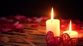 Decoração do dia de são valentim da metragem com queimadura e pétalas da vela filme