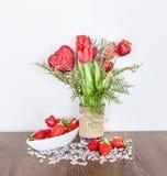 Decoração do dia do ` s do Valentim com tulipas e morangos Imagens de Stock