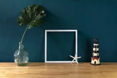 Decoração do espaço de trabalho com quadro branco da foto e o monstro tropical foto de stock royalty free
