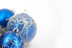 Decoração do Feliz Natal e esfera azul Fotografia de Stock Royalty Free