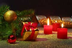 Decoração do feriado com caixas de presente, velas do Natal, árvore e as bolas coloridas do Natal Foco seletivo Fotos de Stock Royalty Free