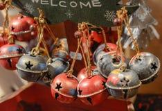 Decoração do mercado do Natal - sinos coloridos imagem de stock